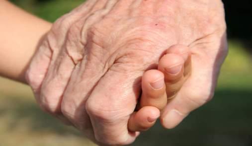 mani_anziani_nonni_altruismo